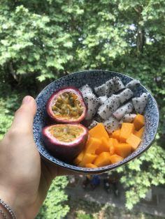 Colazione con frutto della passione, dragon fruit e mango